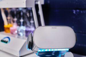 Foto de óculos de realidade aumentada dispostos em cima de uma mesa